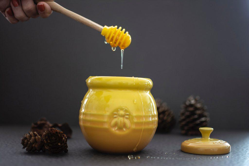 Bote con miel de abejas.