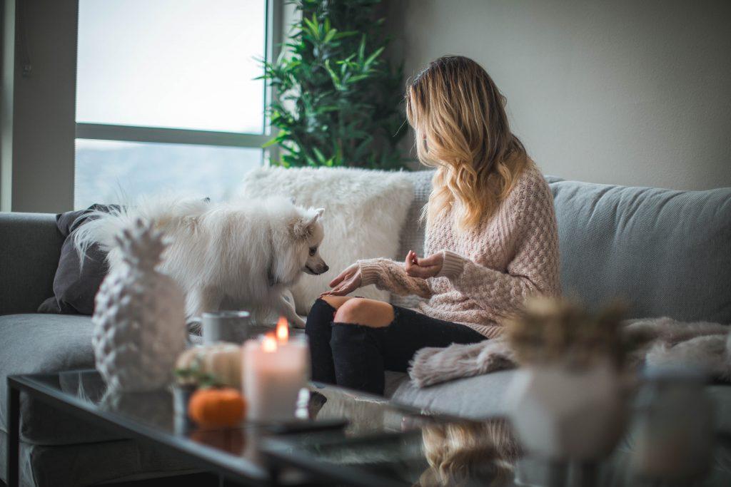 Mujer compartiendo una infusión buena para perros